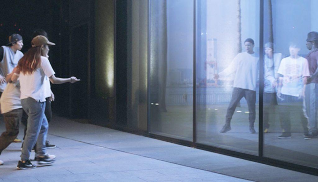 ガラスの前でダンスをしていた若者たち。すると突然ガラスに外国の若者たちが!お互いびっくりでダンスバトル開始!