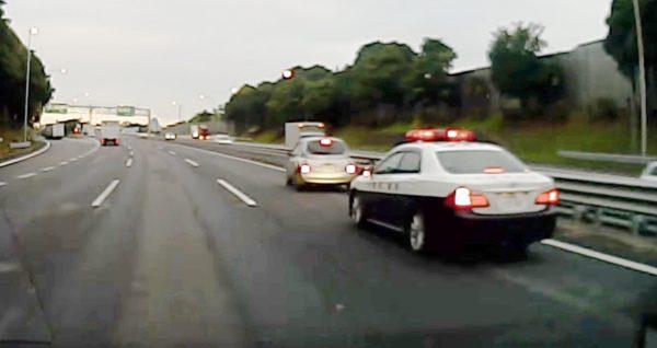 高速でパトカーに車線変更するよう促された車。焦ってしまった車の行動に警察も大慌て!
