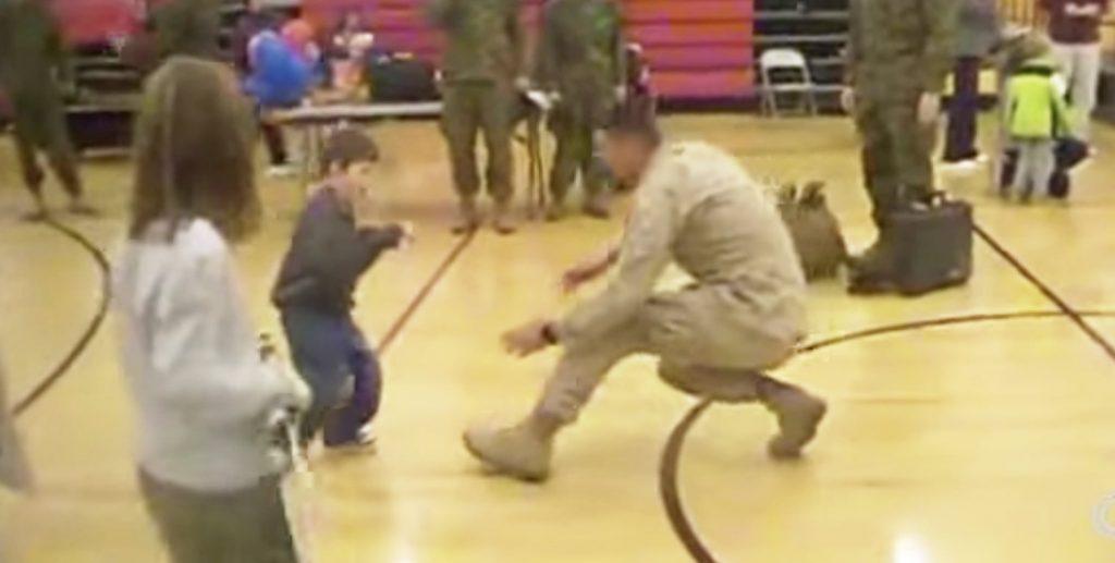 【感動の再会】脳性麻痺で歩けないと言われた息子。しかし父が兵役から帰った時、息子の姿を見て驚いた