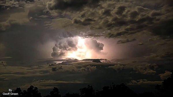 【大自然】大爆発しているような「雷雲」の早回し映像がヤバい!
