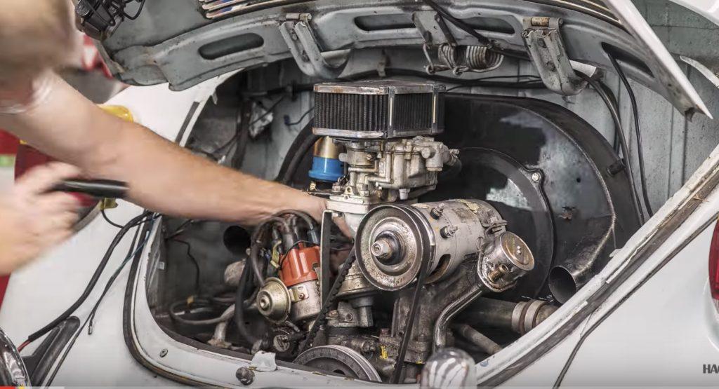 50年前の「ビートル」のエンジンを分解して大掃除!ピカピカの新品同様にして再組み込みする動画が素敵!