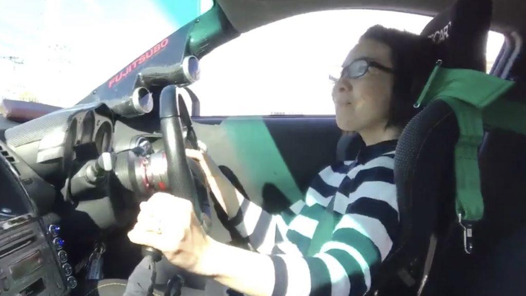 「楽しー!」運転の難しいスポーツカーを50歳の母親に運転させた動画が話題に!乗りこなしてる!