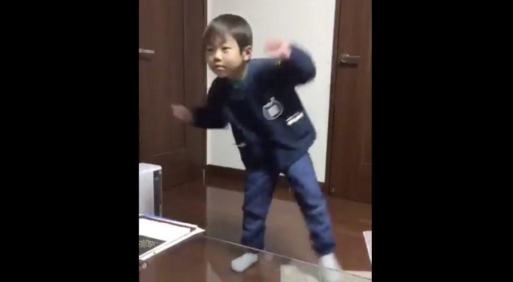 「バブリーダンス」をキレッキレの動きで完コピする男の子が凄い!そして可愛い