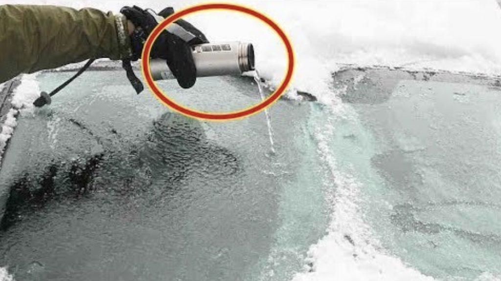 車のガラスの氷をお湯で溶かすのは危険!氷を素早く除去する方法と、凍らないようにする方法