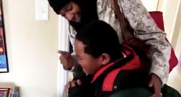 【感動】ホームレスの8歳の少年に素敵なサプライズプレゼント!少年の反応に涙