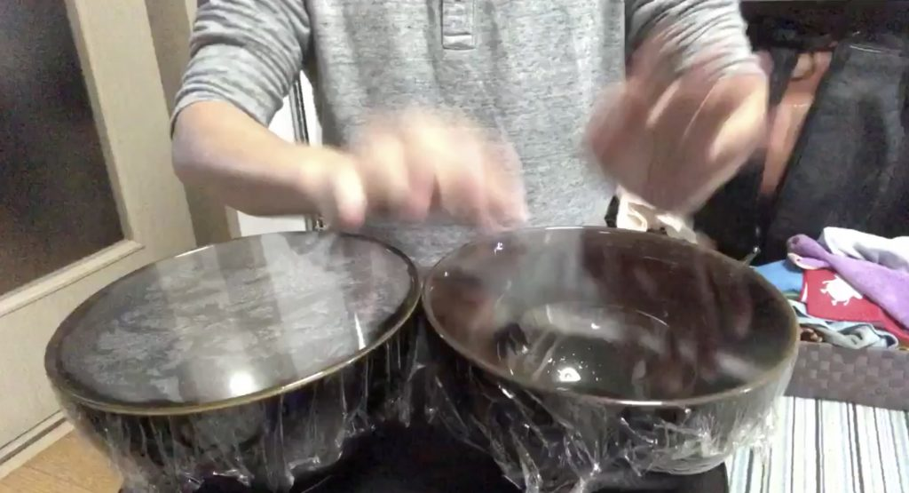 器に食品用ラップを張るだけで良い音の太鼓が完成!演奏動画が話題に!