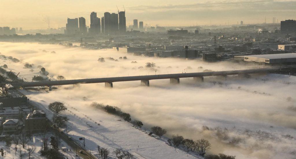 【絶景】大雪から一夜明けた多摩川が雲海のように!幻想的な光景が話題に!