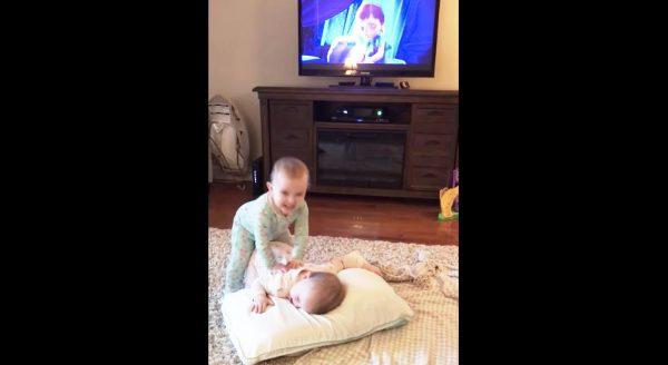 「アナと雪の女王」の動きを完コピする双子の赤ちゃんが凄い!完全に暗記してる!