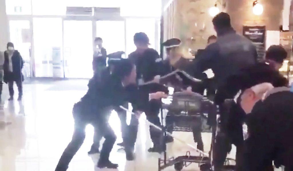 【千葉】イオンモール柏で刃物男が暴れ、ショッピングカートで応戦する緊迫の瞬間が撮影される?!
