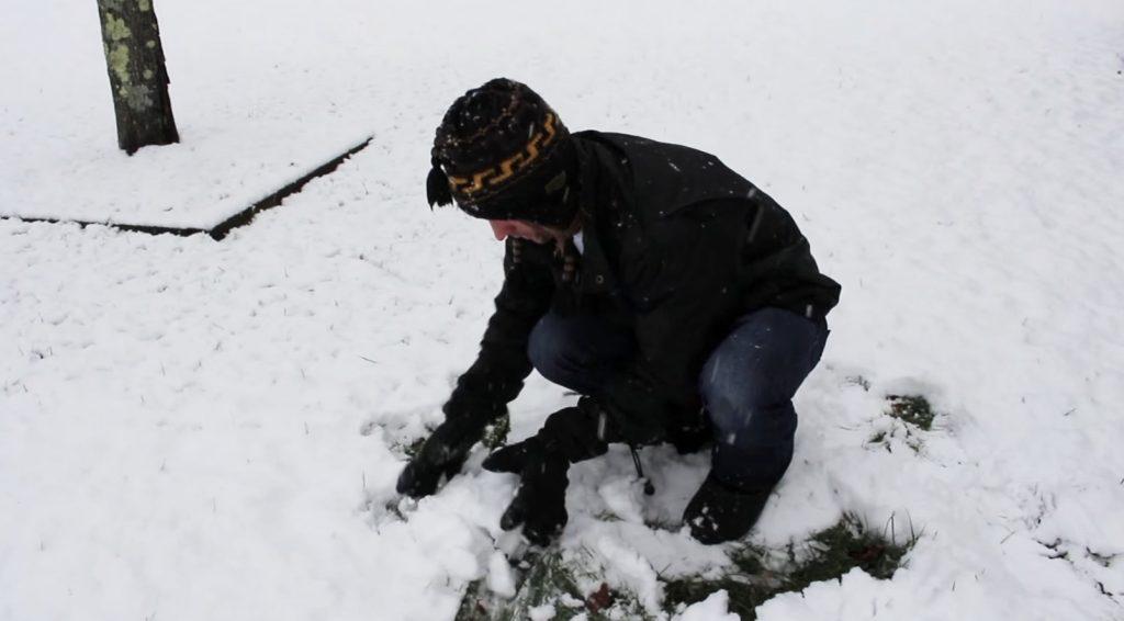 【裏技】スコップでやるよりも圧倒的に効率的な雪かきの方法に目からウロコ!