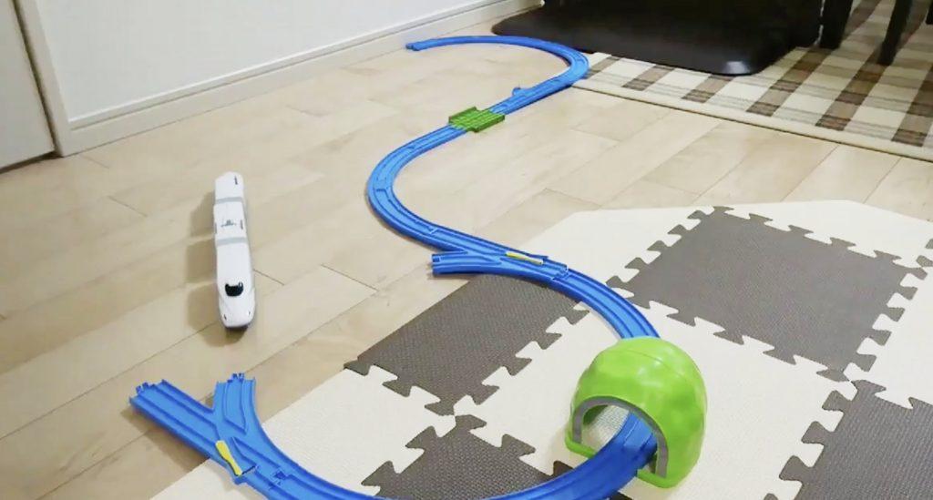 発想が天才!プラレールのレールが足りなくても遊べるナイスな方法が話題に!