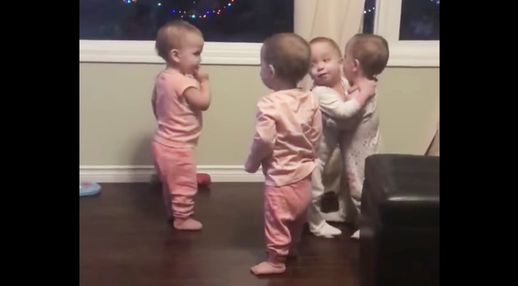 抱擁で挨拶をし合う赤ちゃんが超カワイイ!と話題に^ ^