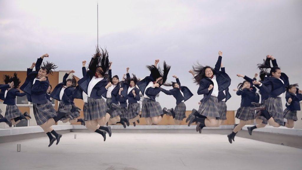 「バブリーダンス」の登美丘高ダンス部がハリウッド映画とコラボ!制服姿でキレキレダンス!