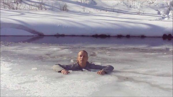 【サバイバル】氷が割れて落ちてしまった時に脱出する方法がタメになる!