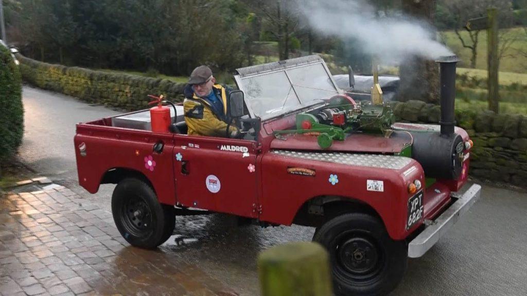 ランドローバーを石炭を燃料にした「蒸気機関自動車」に改造してしまったおじいさんが凄い!