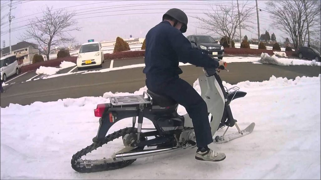 スーパーカブを改造した自作スノーバイクが凄い!「発想が面白い」などの声