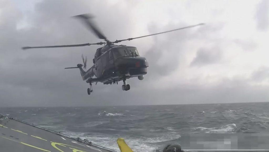【神技】荒れ狂う海上で、なんとか船に着陸させるパイロットの技術が凄い!