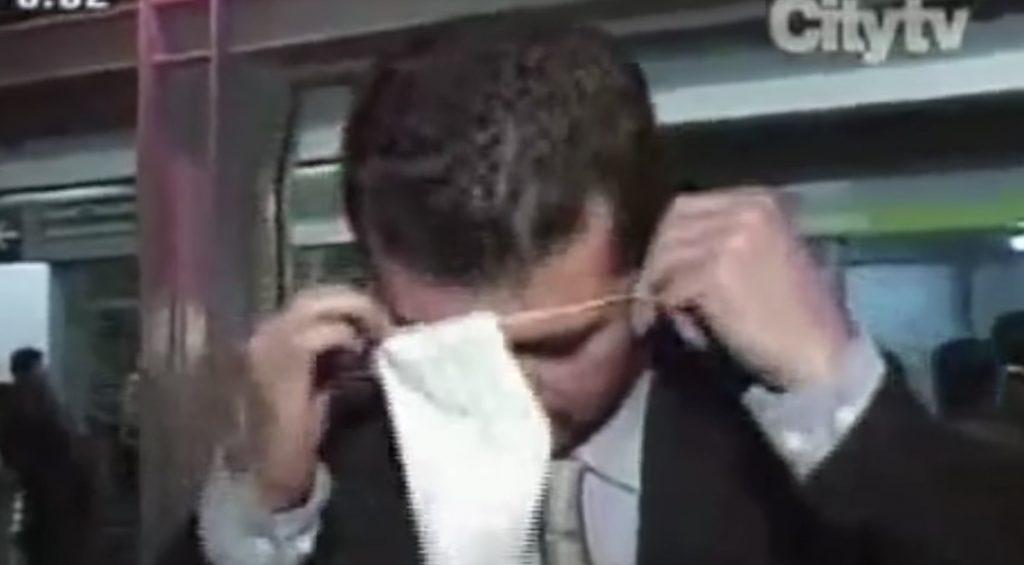 【爆笑】マスクの付け方を説明する真面目そうな男性。付け方が斬新すぎると伝説になった映像がヤバい笑