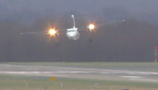 【神技】30m/sの強風の中、横を向きながら着陸させるパイロットが凄い!ここまで揺られるのは見たことがない