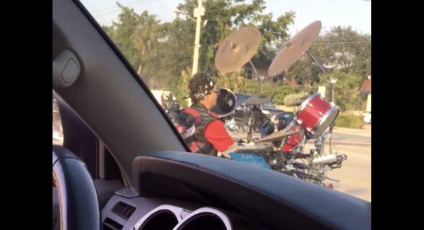 「走るドラム」に乗ってきた男が、信号待ちで叩きまくる動画がヤバい^ ^;