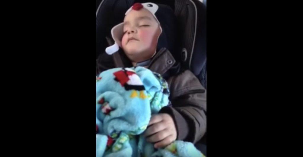 ぐっすり眠っている赤ちゃん。しかしお気に入りの音楽が流れると無意識でノリはじめた!