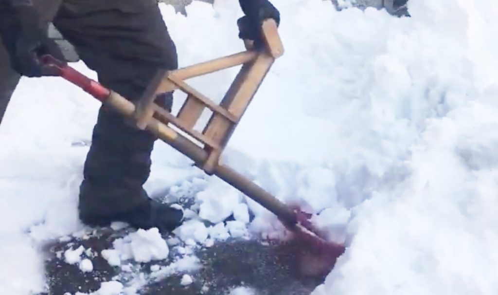自作した、腰に負担をかけないで雪かきできる「スコップ用フォアグリップ」が凄い!