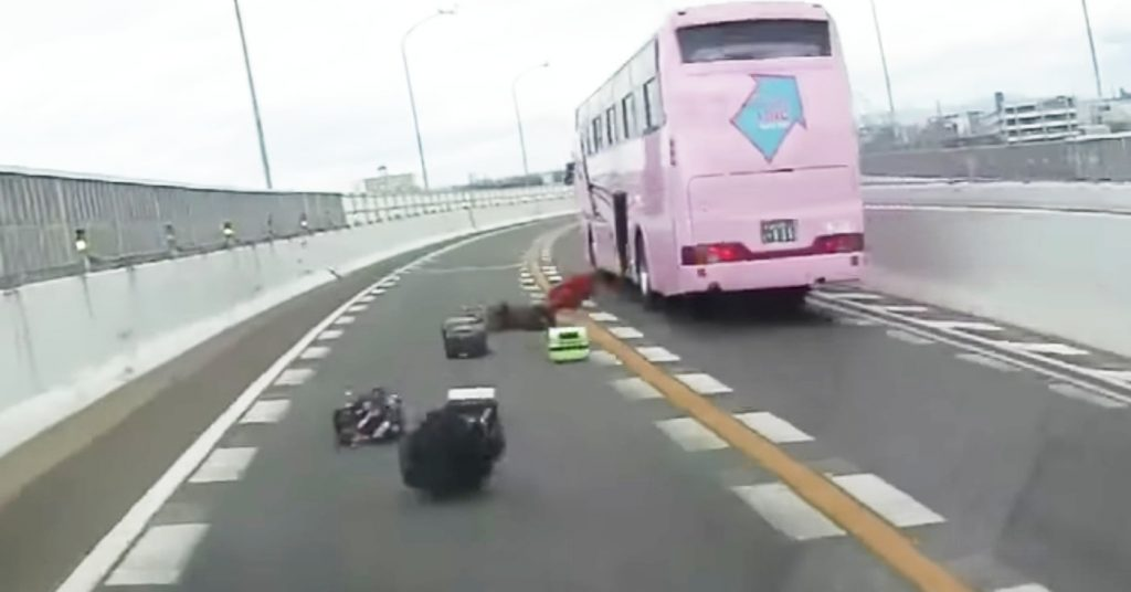 【名古屋】走行中のバスからスーツケースが次々落下!乗客たちが荷物回収