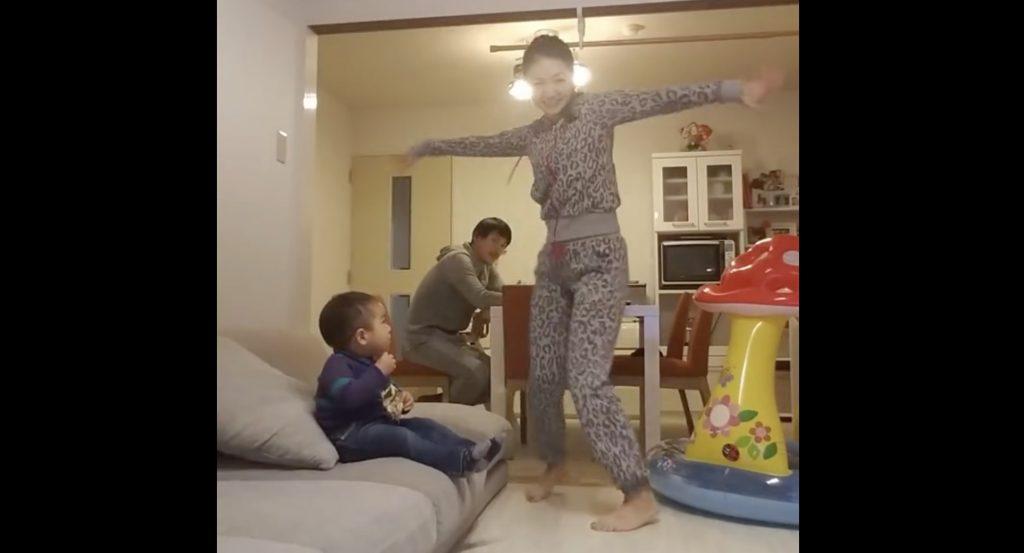 【日本】陽気に踊るママを見て呆れ顔の父子。しかし後半でパパも大ブレイクし、子供も大喜び笑