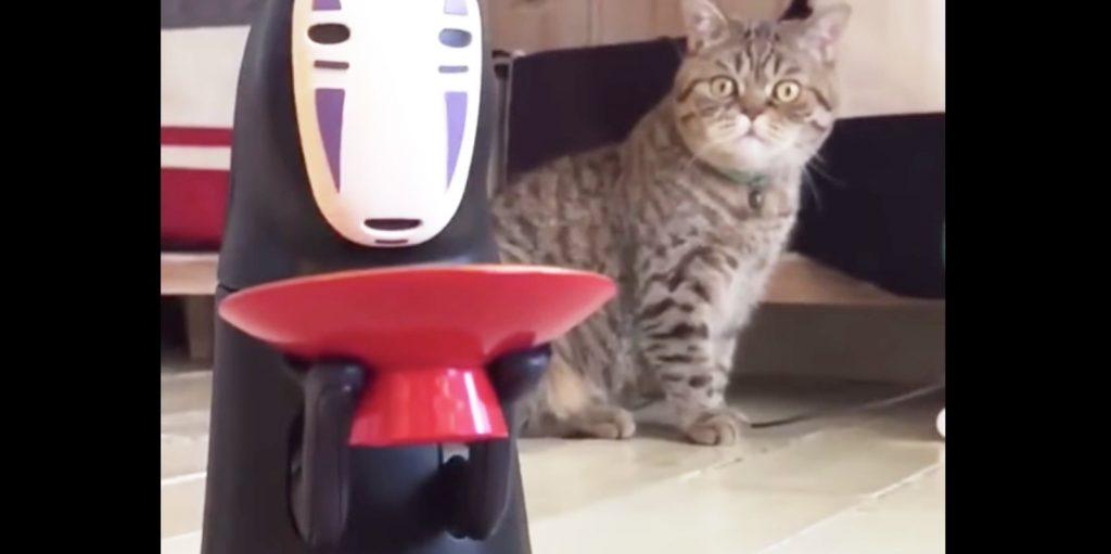 【爆笑】「カオナシ」の貯金箱がコインを食べるのを見てショックを受ける猫がかわいい笑