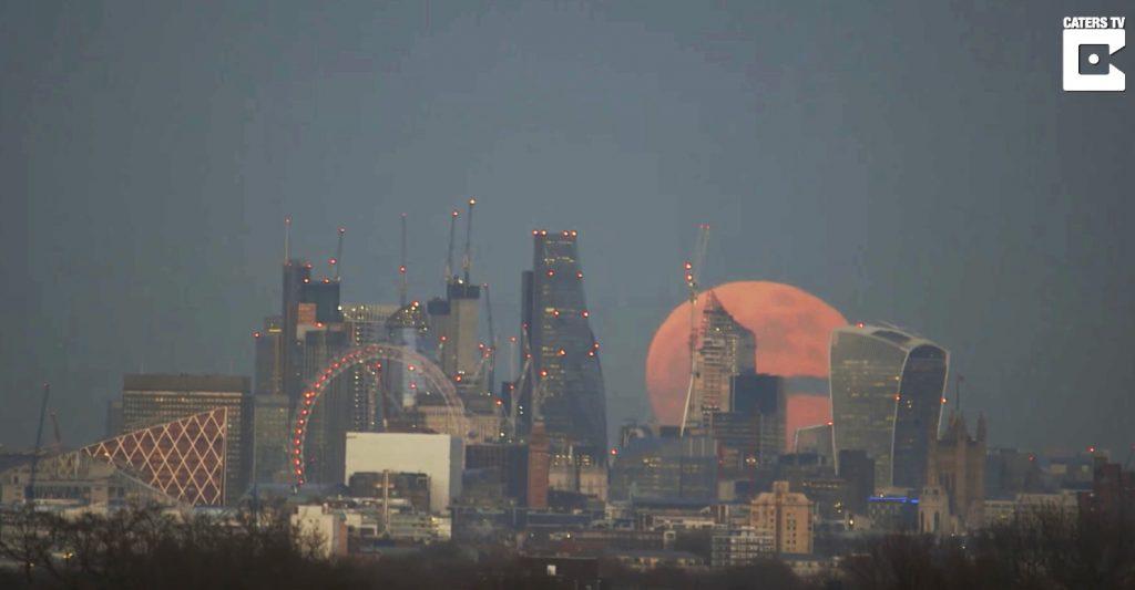 ロンドンで撮影された皆既月食の早回し映像が神秘的すぎて「ニセ物」と疑う人続出!