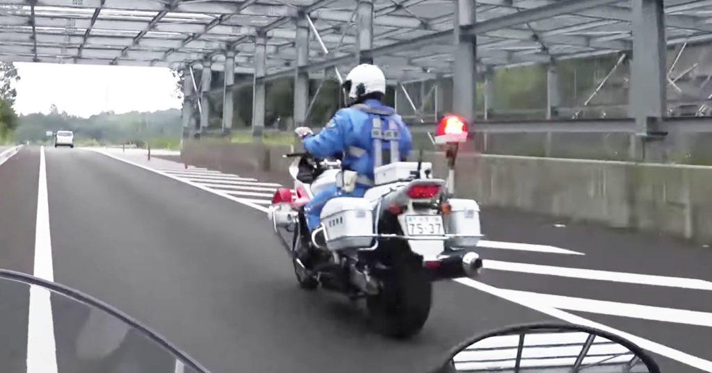 【神対応】追跡中の白バイ隊員の礼儀正しい行動に称賛の嵐!「只者じゃない」「まさにバイクのプロ」の声