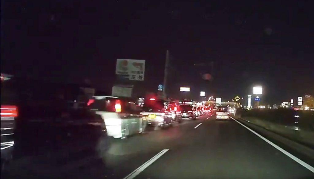 国道に発生した大渋滞。その先には「吉野家」が!