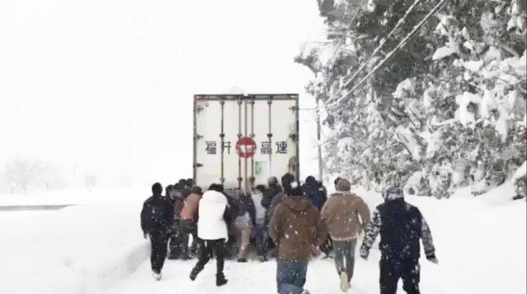【福井】大雪にハマったトラックを、偶然居合わせた社員旅行中の団体が救助!世の中捨てたもんじゃない^^