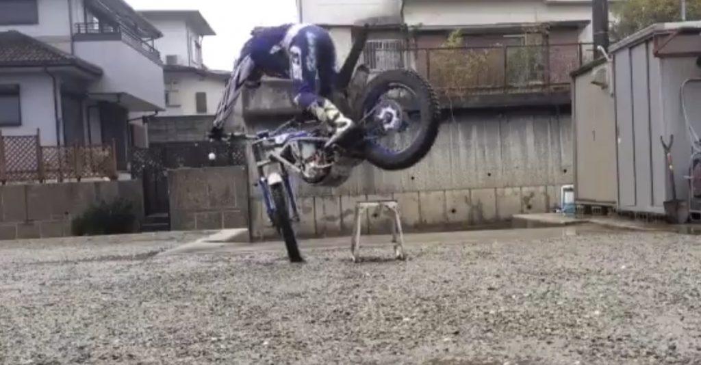 【アクロバティック駐車】カッコ良すぎるバイクの止め方が話題に!