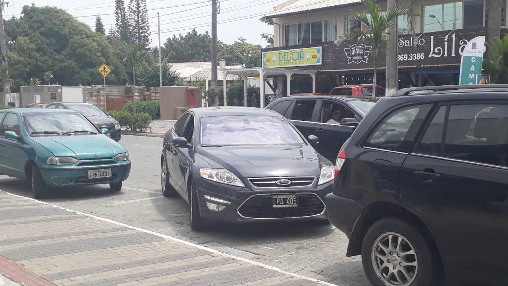 狭いスペースにも簡単に駐車できる車がスゴい!思わぬ動きにびっくり!