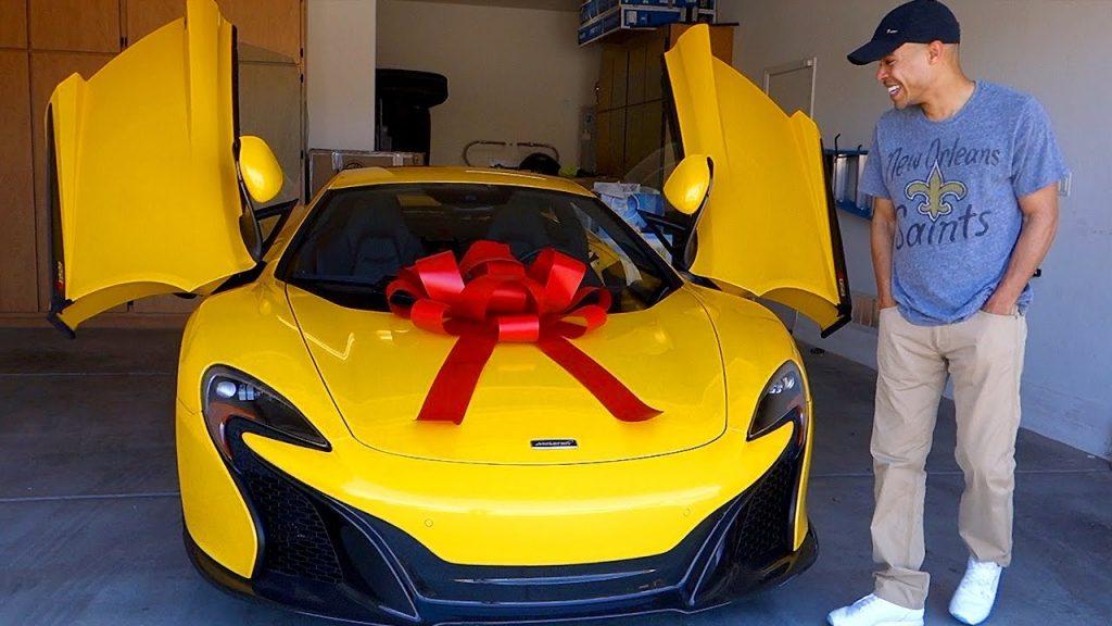「凄いプレゼントがあるよ」と外に出たらミニカーで落胆した夫。振り向いて凍りつく