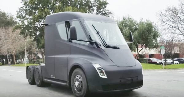 公道を走るテスラの電動トラックが目撃され話題に!静かな走行音が未来っぽくてカッコいい^^