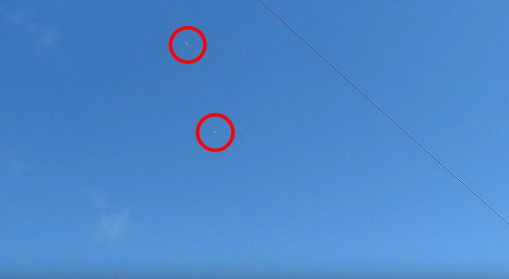 猛スピードで帰還し、フワッと空中に浮く2機のFalcon Heavyをアマチュアが撮影した映像が凄い!
