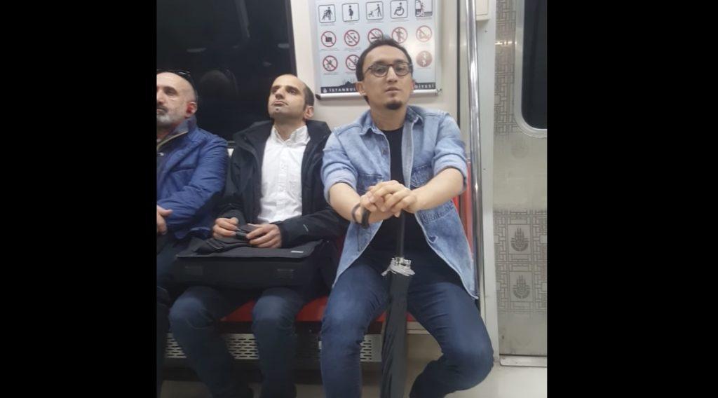 電車で突然歌いはじめた男性。キョトンとしていた乗客も、あまりの美声にラストは拍手喝采!