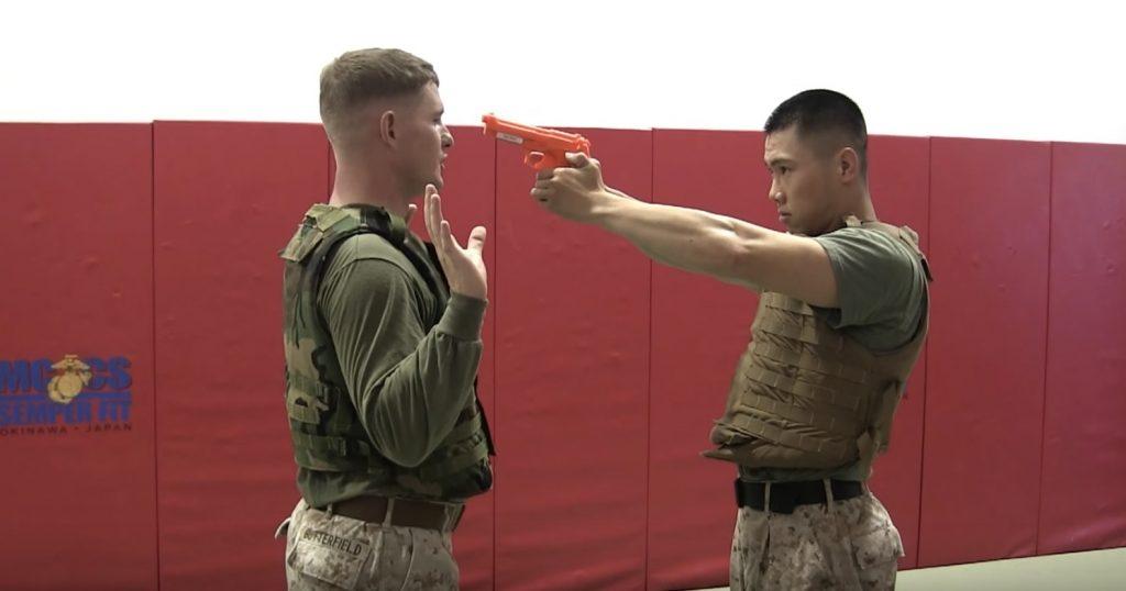 【サバイバル】銃を向ける相手を、素手で制圧するアメリカ海兵隊員がスゴい!