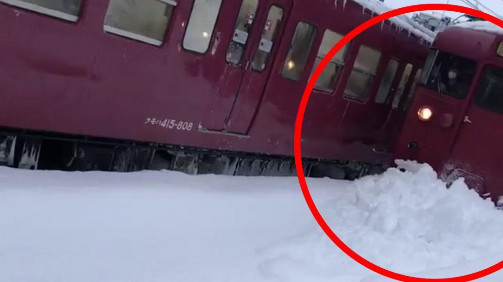 深雪をガシガシ進む石川県の電車が強すぎると話題に!「さすが雪国の電車。。」「一方東京では。。」