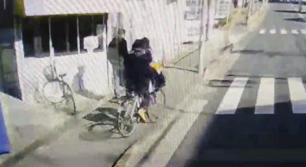 トラックで細道を走っていたら、自転車が車道側に急に飛び出し!「後方確認」は絶対して欲しい