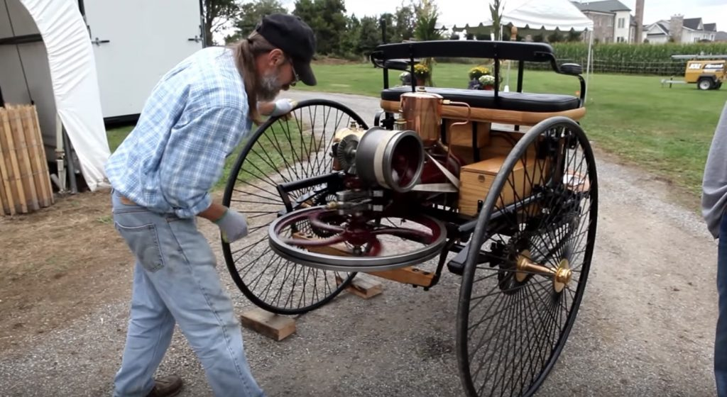世界初のガソリン自動車、1886年製のベンツのレプリカを走らせてみた!