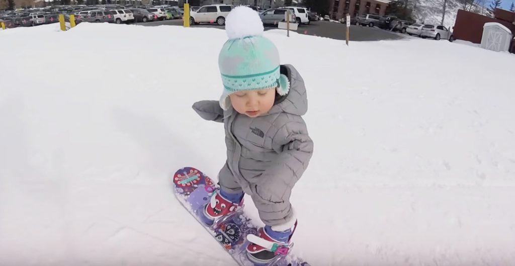 1歳とは思えないバランス感覚の、可愛すぎるスノーボーダー!