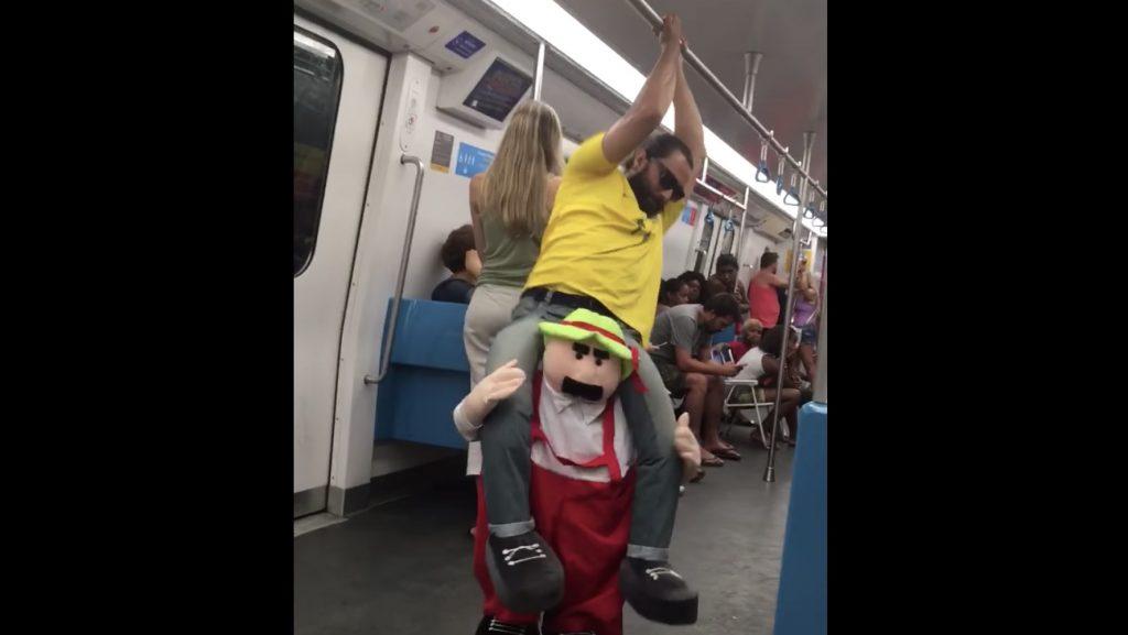 斬新なコスチュームのおじさんの、電車内でのパフォーマンスが面白い!