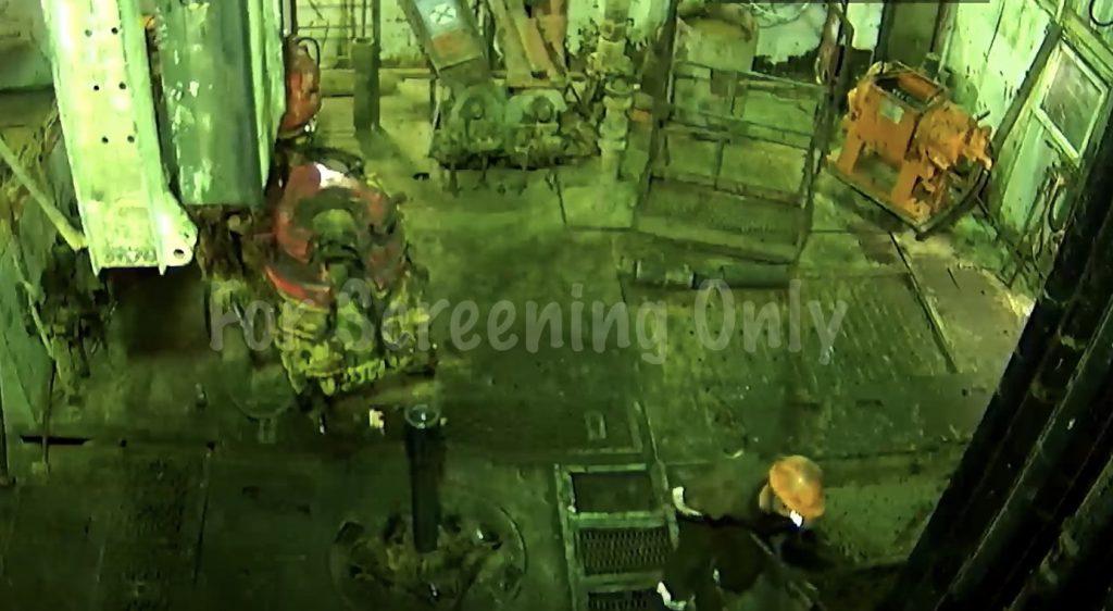 油田の作業中、激しい揺れとともに巨大な機械が落ちてきた!