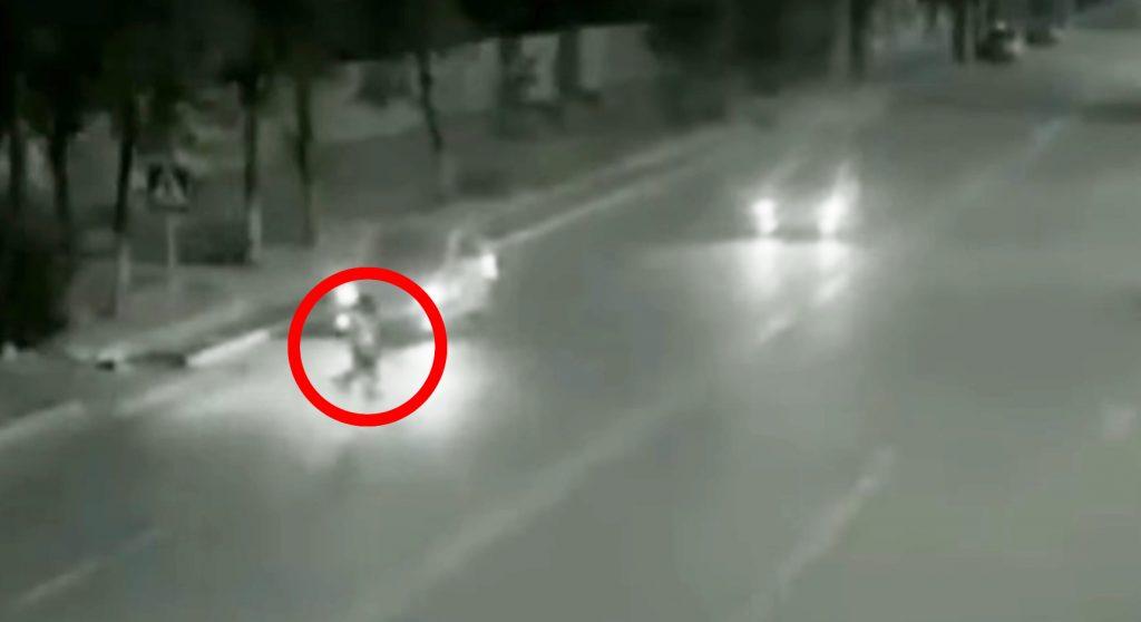 車に轢かれそうな少女を、超高速の謎のヒーローが救った!