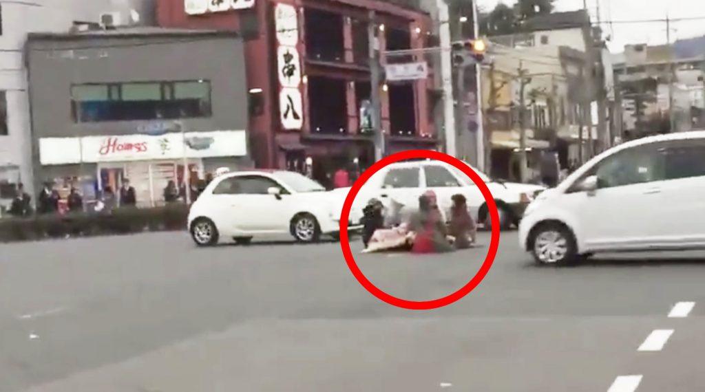 今にも轢かれそう。。京大近くの車通りの激しい路上でコタツを囲む若者たちが話題に