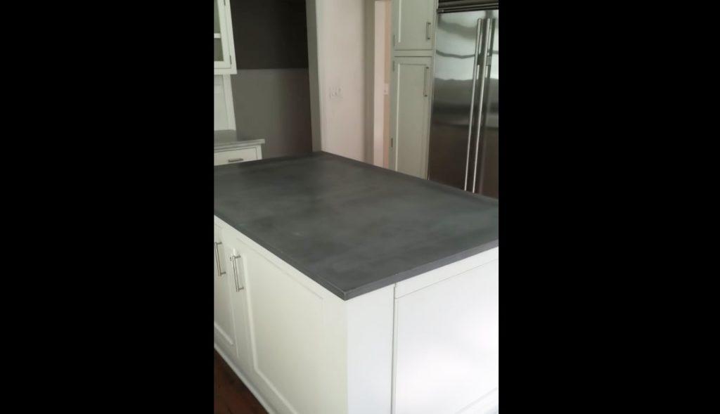 一見普通のキッチン台。しかし、天板を開けると地下につながる階段があった!
