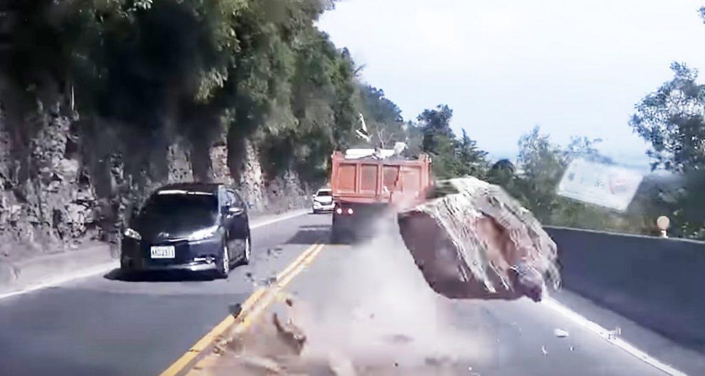 高速道路を走行中、大きな岩が目の前に落ちてきた!これは避けようがない